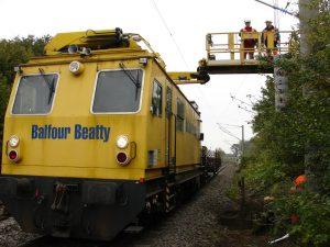Elektrifizierung der Bahnlinie im Jahr 2007 - die Stromleitung entsteht