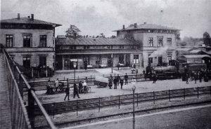 Erster Zug auf der Bahnlinie Hamburg - Lübeck hier am Bahnhof Oldesloe am 01.08.1865 - Foto Kreisarchiv Stormarn