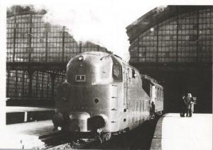 Die Stromlinienlok LBE 1 ca. 1936 bei der Ausfahrt aus dem Lübecker Bahnhof