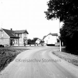 Alter Straßenverlauf Ortseingang Rohlfshagen mit der Poststelle un Kolonialwarenladen - 1968 - (c) Kreisarchiv Stormarn, Marfels
