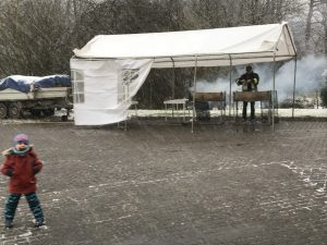 Grillen bei Schneefall unter dem Zelt